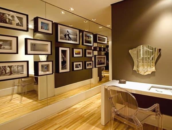 parede de espelho decorada com quadros