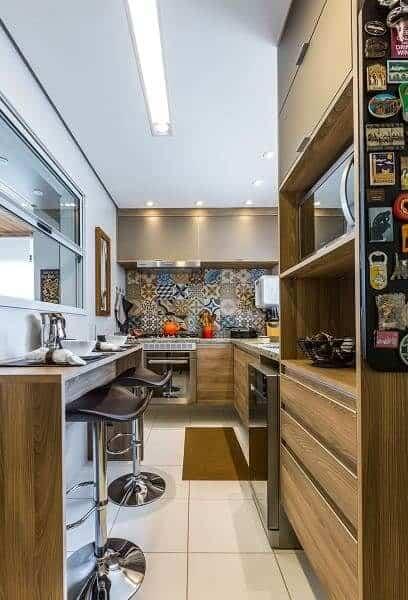 cozinha pequena com piso claro