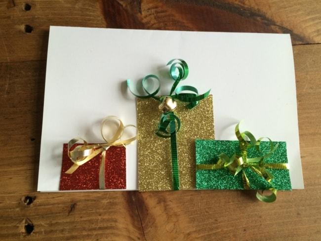 cartão decorado com pacotes de presentes