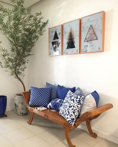 sala com sofá de madeira e planta