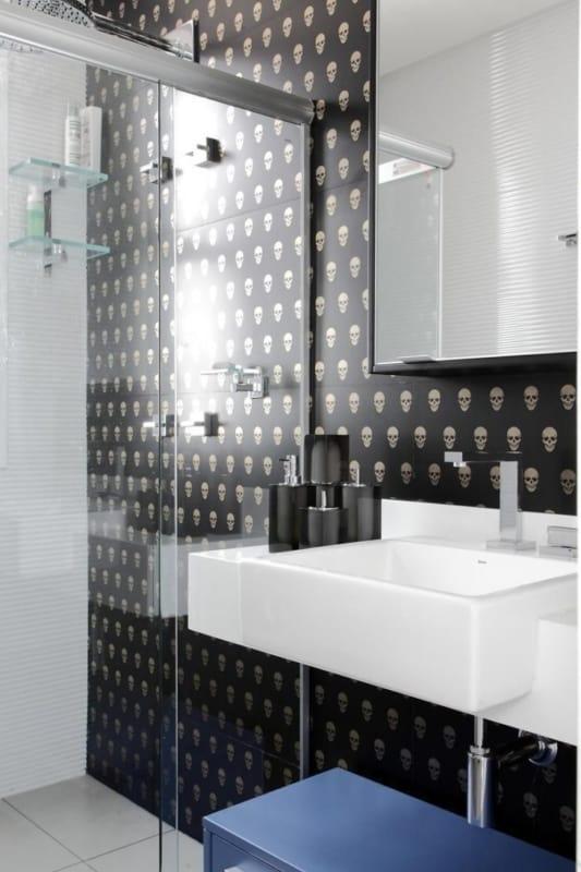 banheiro moderno com papel de parede preto