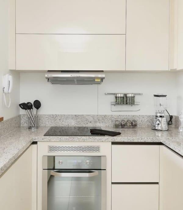 cozinha pequena com azulejo branco