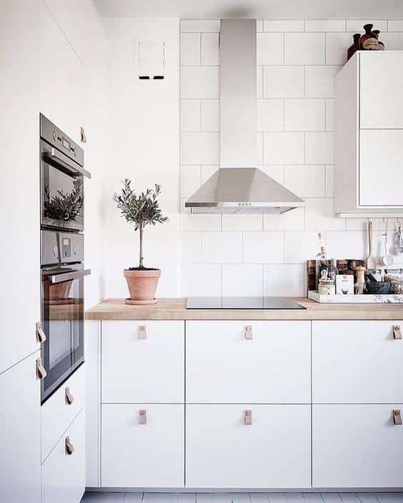 cozinha com azulejo branco na parede