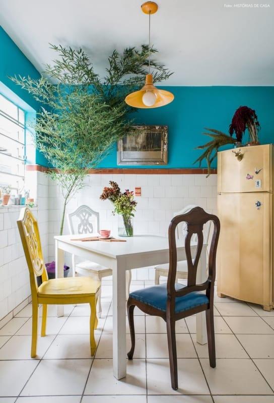 cozinha com mesa e cadeiras coloridas