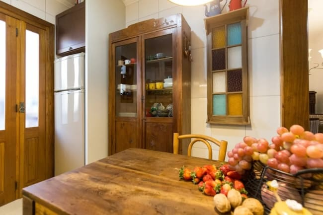 cozinha decorada com móveis usados