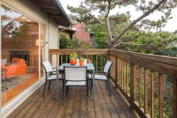 varanda suspensa com cerca de madeira