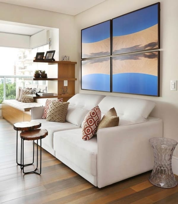 sala com conjunto de quadros