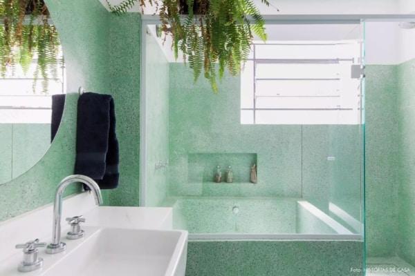 banheiro verde com plantas