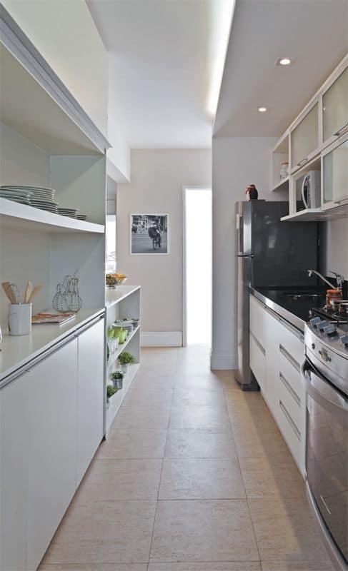 cozinha corredor com piso cerâmico