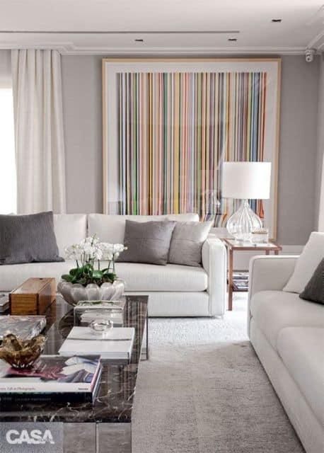sala com quadro grande e colorido