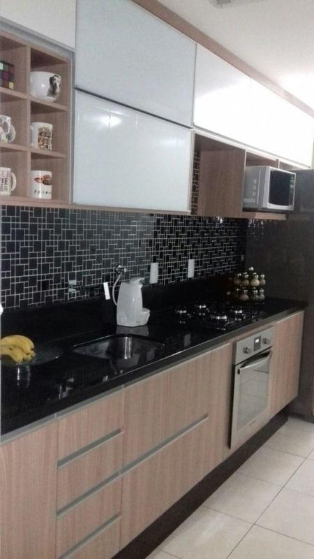 cerâmica preta na cozinha