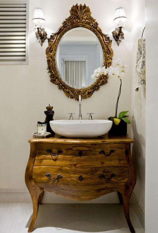 banheiro com cômoda de madeira