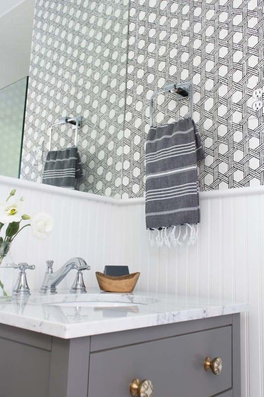 lavabo com paredes pretas e brancas