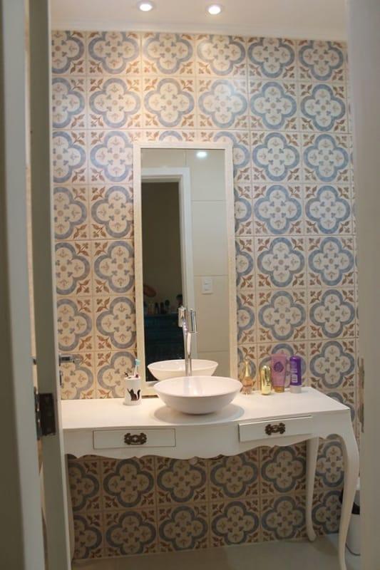 banheiro com bancada branca de madeira