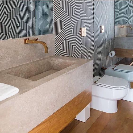 banheiro moderno com papel de parede preto e branco