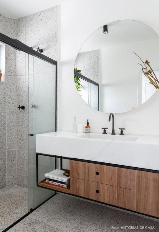 banheiro com parede de granilite