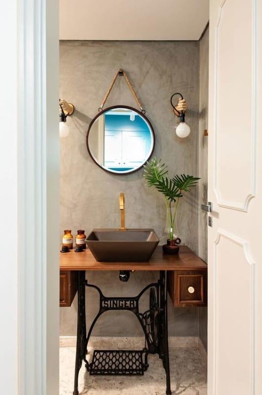 banheiro moderno decorado com móveis usados