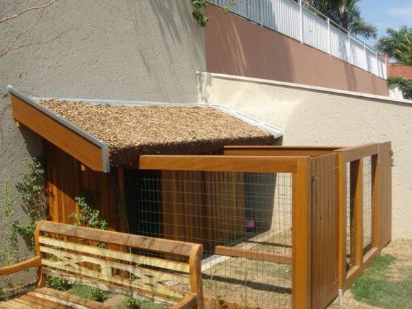 casinha de cachorro com cerca de madeira