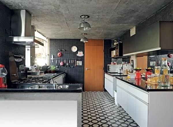 cozinha decorada com piso preto e branco
