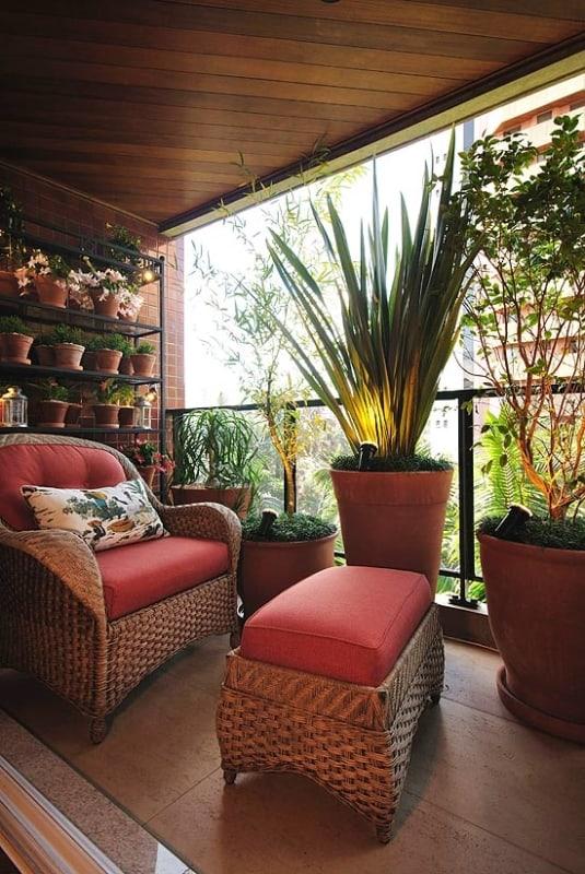 varanda com poltrona e plantas