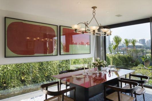 sala de jantar moderna com quadros