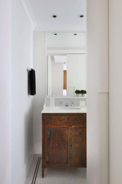 banheiro com móvel de madeira