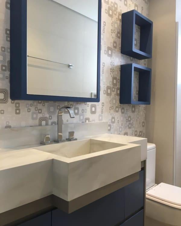 banheiro planejado com papel de parede