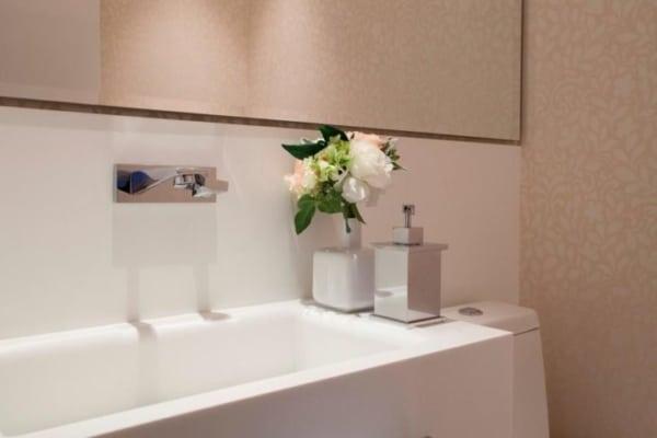 banheiro decorado com papel de parede bege