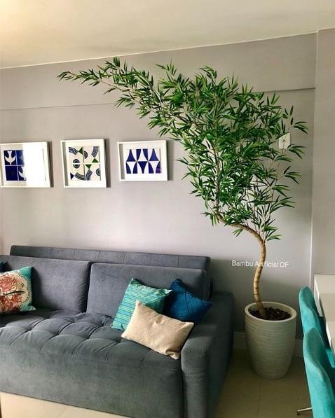 sala com vaso de planta artificial