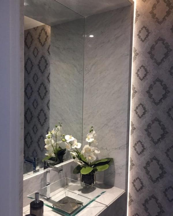 lavabo pequeno com papel de parede cinza
