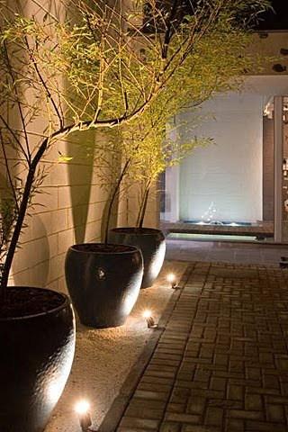 quintal decorado com vasos de bambu