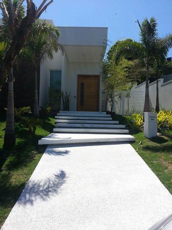 fachada casa moderna com escada de granilite