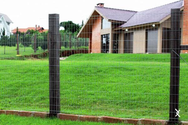 casa com cerca de tela