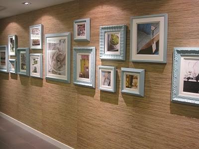 corredor decorado com quadros