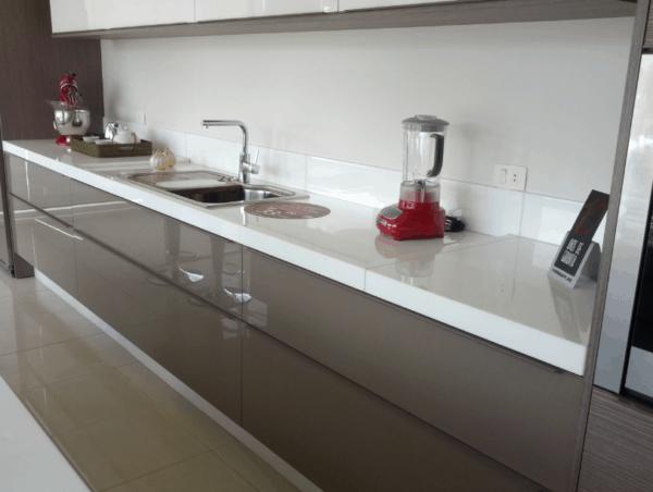 cozinha moderna com bancada branca