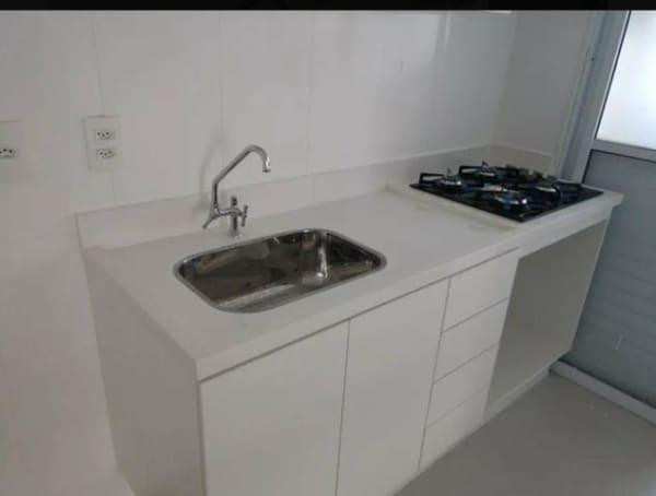 cozinha planejada com pia branca