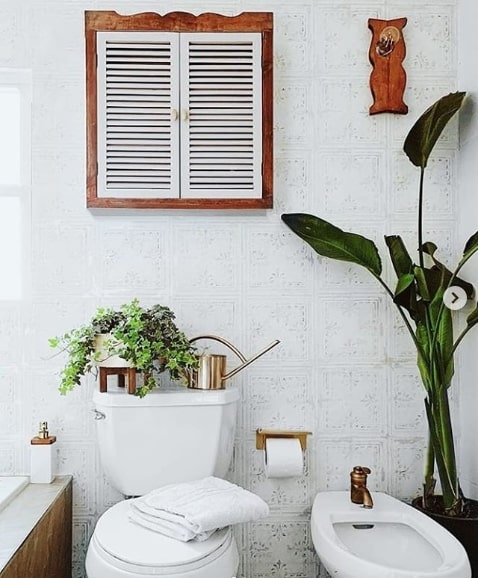 banheiro rústico com papel de parede