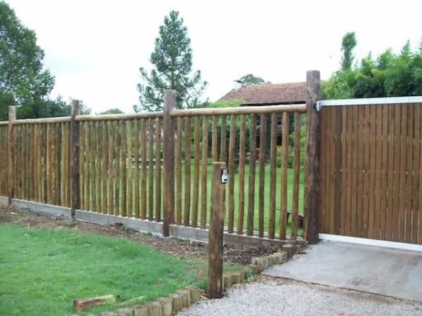 cerca e portão de madeira