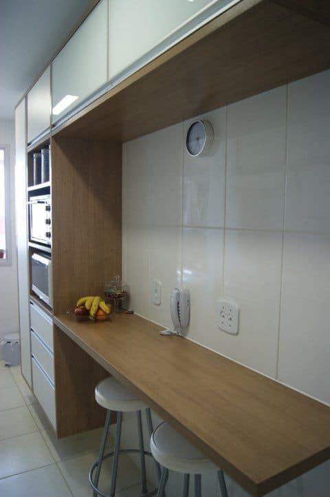 cozinha com cerâmica branca na parede