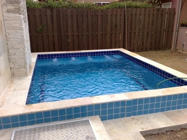 piscina com borda elevada