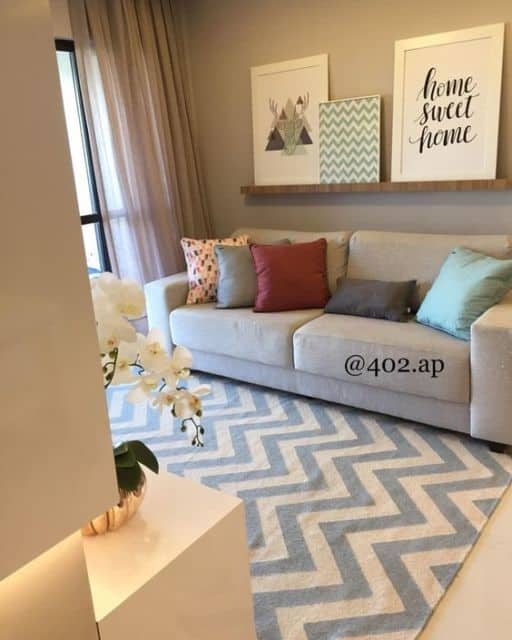 sala simples decorada com quadros