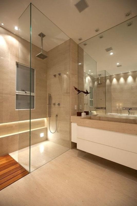 Banheiro com mármore travertino romano e armário branco