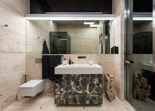 Banheiro moderno de mármore travertino