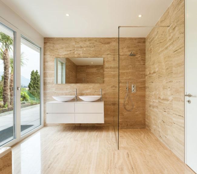 Banheiro moderno e clean com mármore travertino