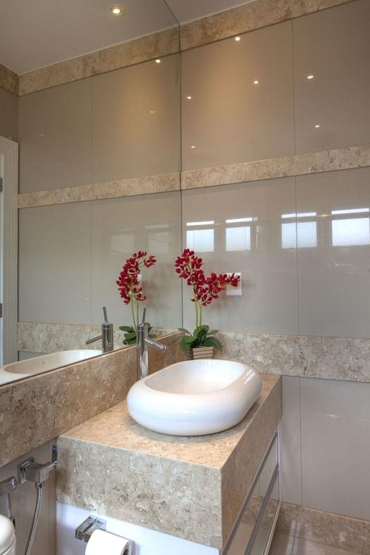 Banheiro pequeno decorado com travertino