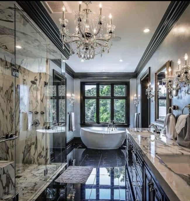 Banheiro preto luxuoso com lustre grande de cristal
