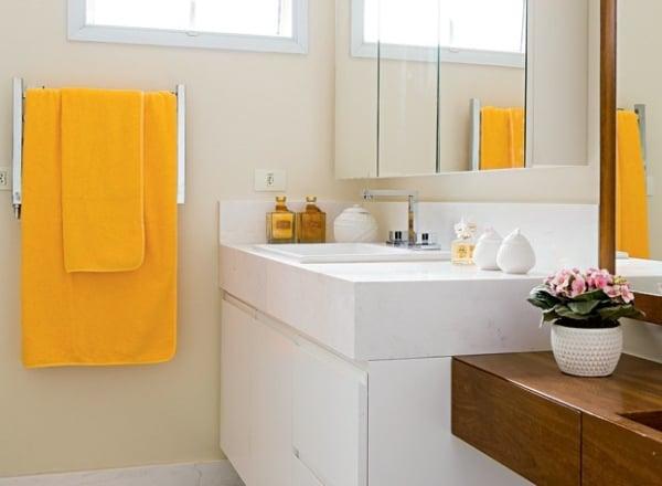 Banheiro simples com parede pérola