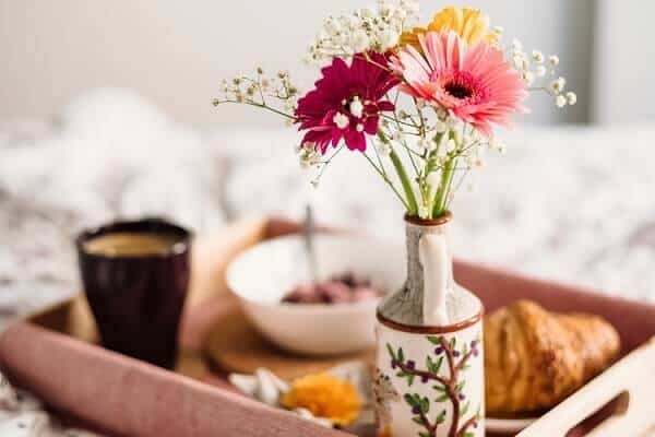 Café da manhã com flores do campo