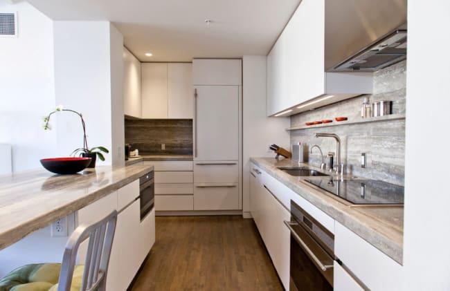 Cozinha branca com mármore travertino silver