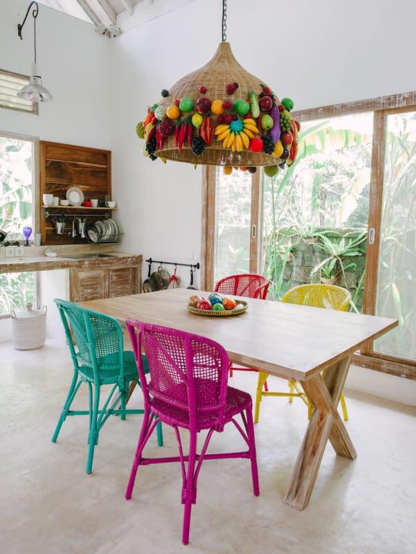 Cozinha colorida com piso de mármore bege travertino